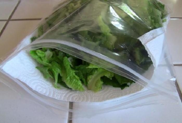 Оберните сверток пищевой пленкой и отправьте в холодильник / Фото: novate.ru