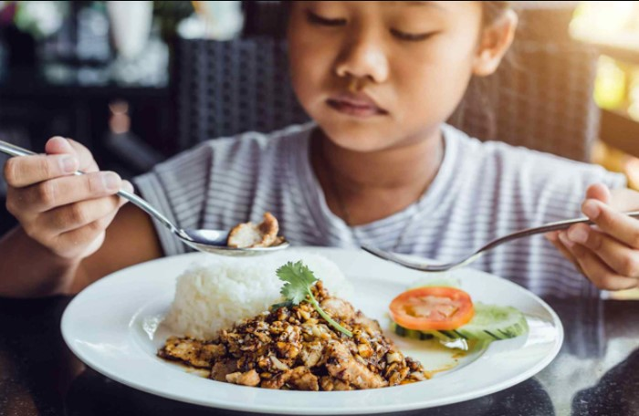 Тайцы используют вилку только для того, чтобы с ее помощью переложить еду в ложку, из которой уже можно есть / Фото: poradu.com.ua