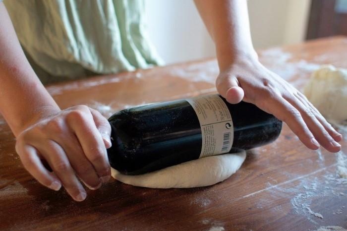 Пустая бутылка из-под вина или пива заменит скалку / Фото: autogear.ru