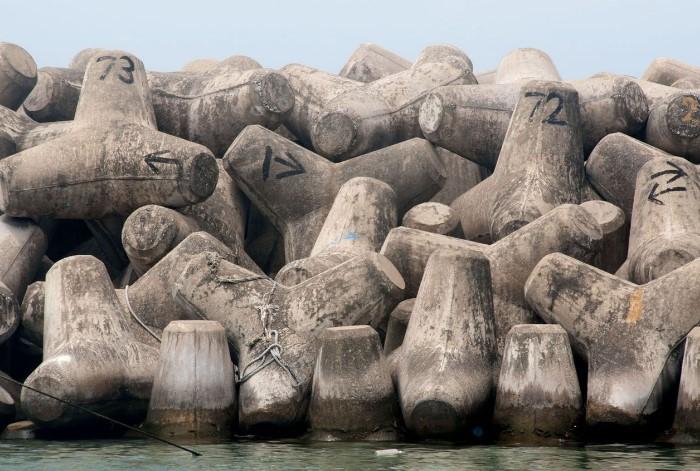 Тетраподы не позволяют гальке и песку вымываться с пляжей / Фото: i.pinimg.com