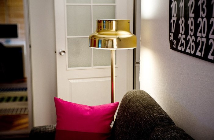 Если нужна дополнительная подсветка, лучше выбрать торшер, бра, настольную лампу или подвесные светильники / Фото: cdn.the-village.ru