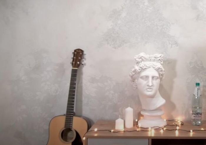 Из старого тюля получится отличный трафарет для декоративной отделки стен / Фото: img.7dach.ru