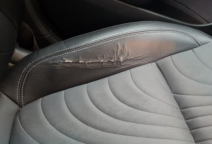 При неправильном уходе кожзам быстро трескается на мебели, в салоне авто или на одежде