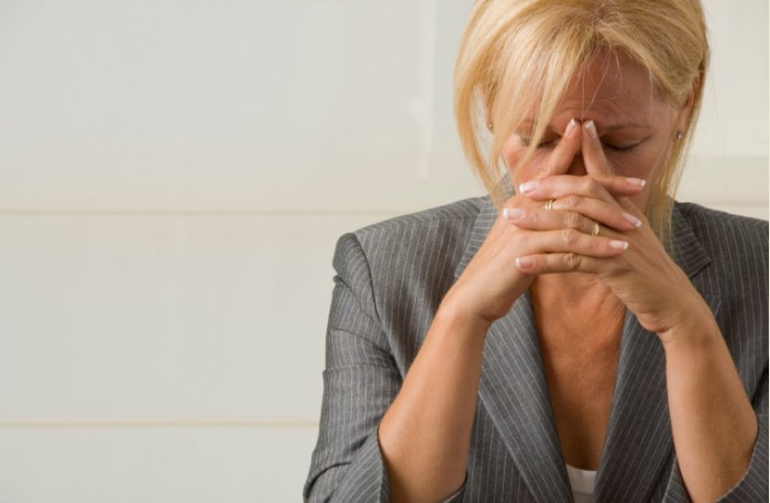 Старайтесь как можно реже касаться лица в течение дня / Фото: fulfillingrelationships.com