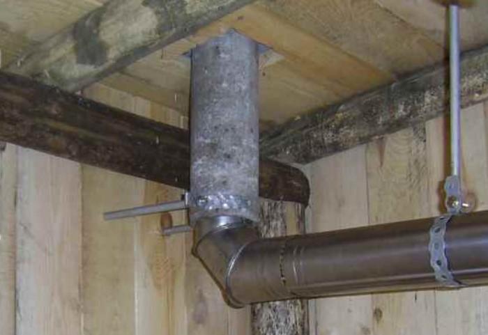 Подушками можно утеплить трубы в доме / Фото: legkovmeste.ru
