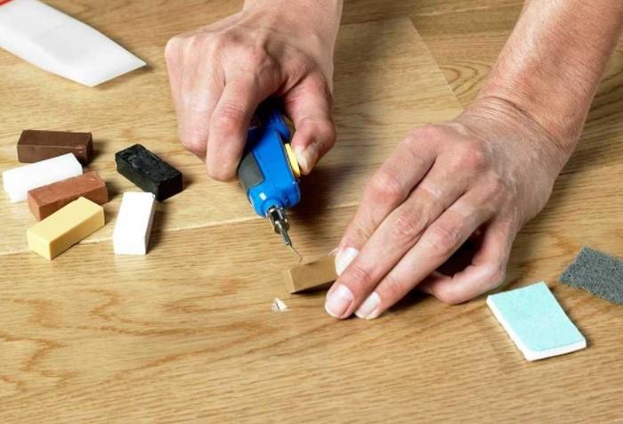 Воспользуйтесь одним из проверенных средств для восстановления линолеума / Фото: pol-servis.net