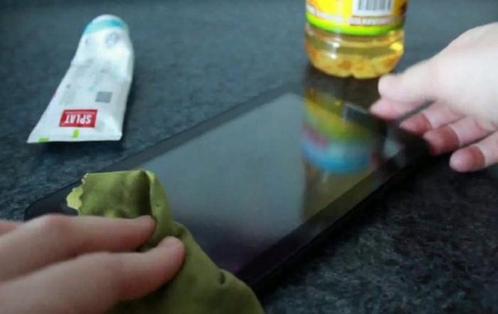 Царапины на экране гаджета помогут удалить зубная паста или растительное масло  / Фото: sdelai-lestnicu.ru