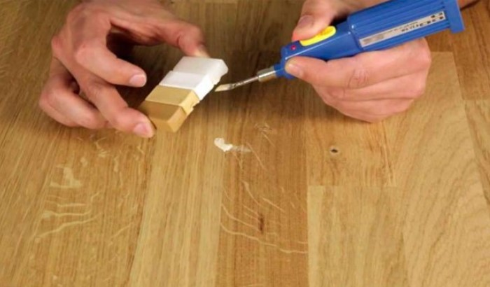 Дефекты легко маскируются специальными карандашами или воском в тон ламината / Фото: dobrodeja.ru