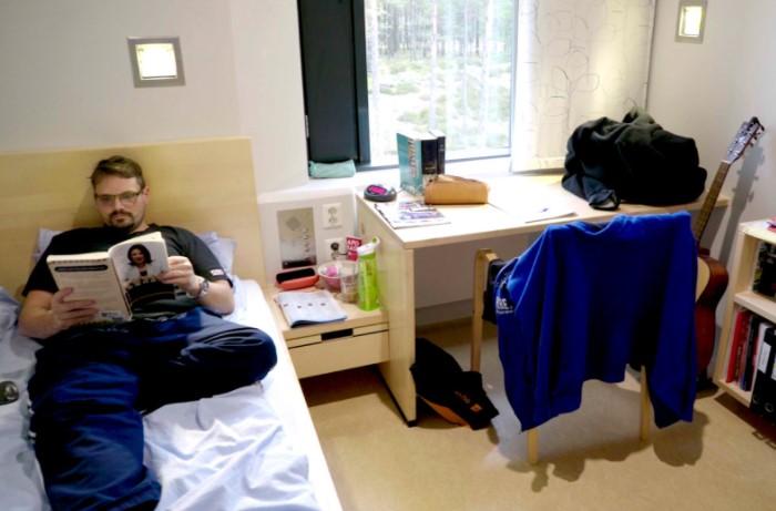 Вместо камер заключенные отбывают наказания в комфортабельных номерах, где есть кровать и базовая мебель / Фото: pbs.twimg.com