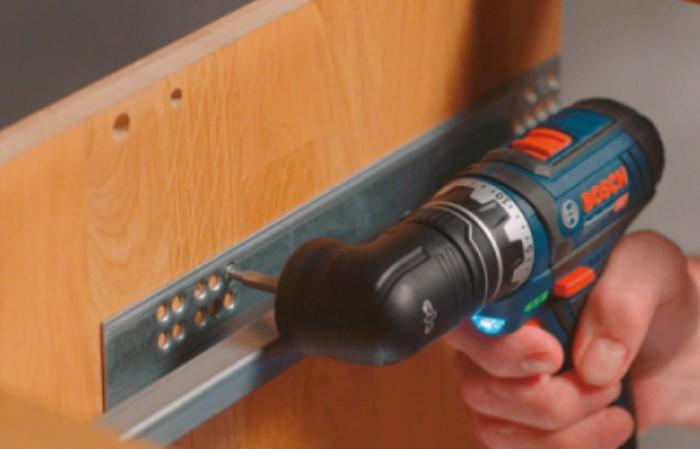 Угловая насадка поможет добраться до неудобных и труднодоступных мест / Фото: bosch-tools.com.ua