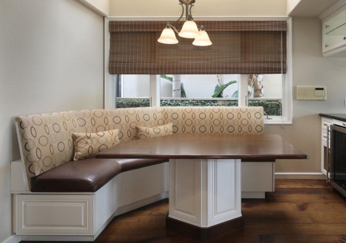 Хорошо, когда мягкая мебель совпадает по ширине с обеденным столом / Фото: s1.1zoom.me