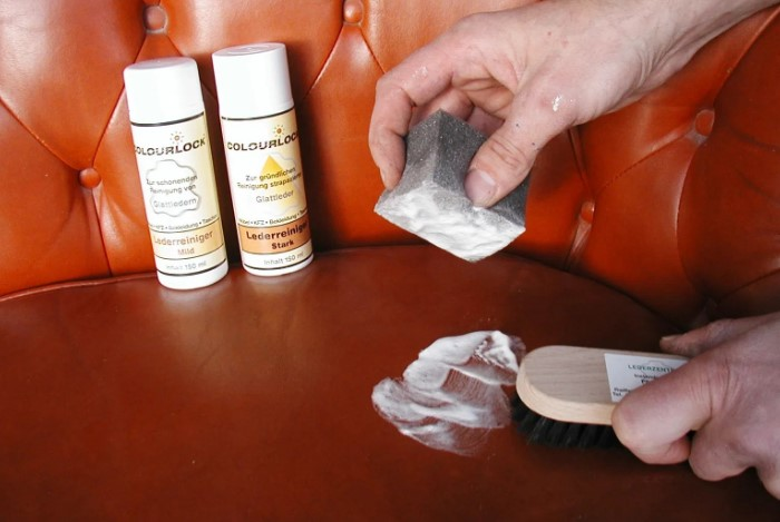 Используйте специальные средства для кожзама, мягкие губки и ни в коем случае не трите материал щеткой/ Фото: stol-i-stul.com.ua