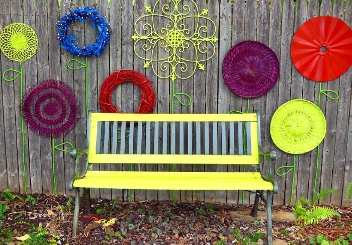 Проявите немного креативности и скройте ограждение за декорацией / Фото: journal.homemania.ru