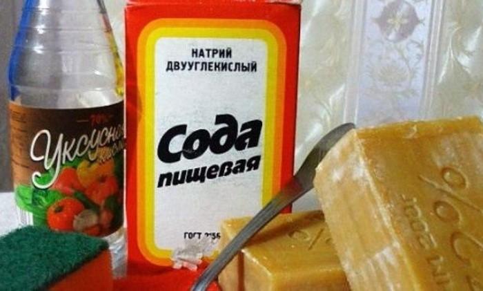 С помощью этого рецепта можно очищать не только стеклянные, но и эмалированные или металлические крышки / Фото: hoznauka.ru