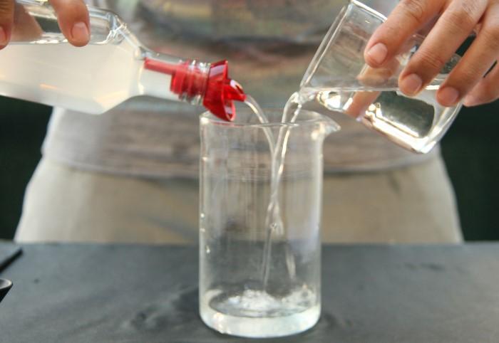 Уксусно-водный раствор эффективно очищает стекла и окна  / Фото: obzorus.ru