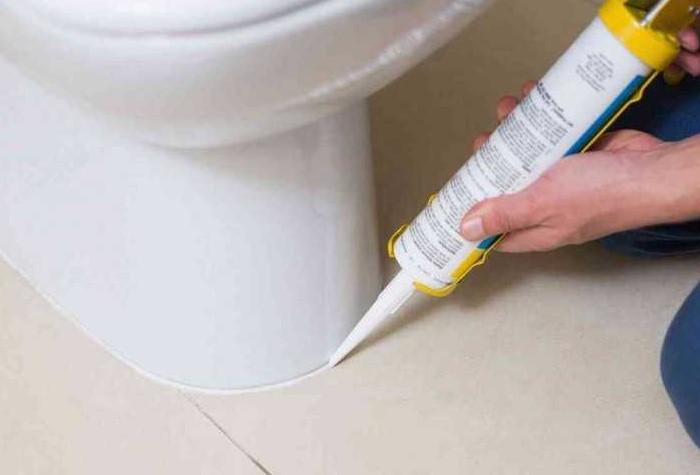 Если в комнате установлена система теплый пол, крепите унитаз на специальный клеевой состав / Фото: svoimirukami.guru