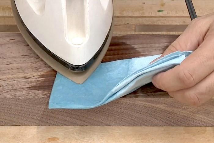 При помощи утюга и тпяпки можно восстановить не только деревянную мебель, но и ламинат / Фото: sdelai-lestnicu.ru