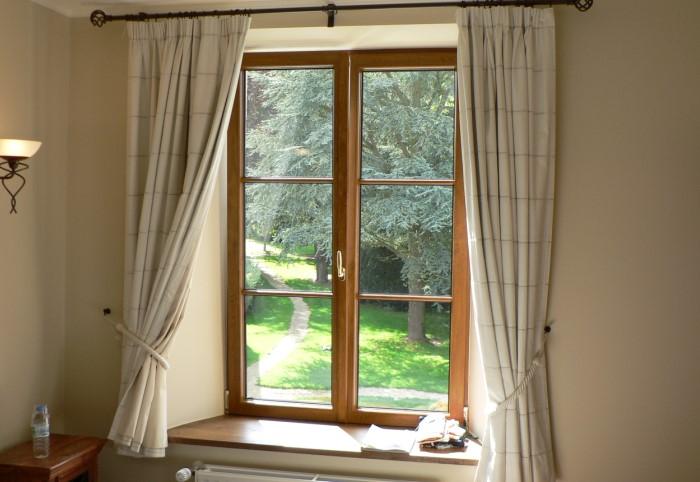 Чтобы увеличить окно хотя бы визуально, проще всего подобрать правильный карниз / Фото: islamnews.ru