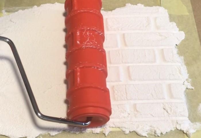 Нужно взять поролоновый валик и вырезать на нем фрагменты, напоминающие кирпичи / Фото: stroyka-gid.ru