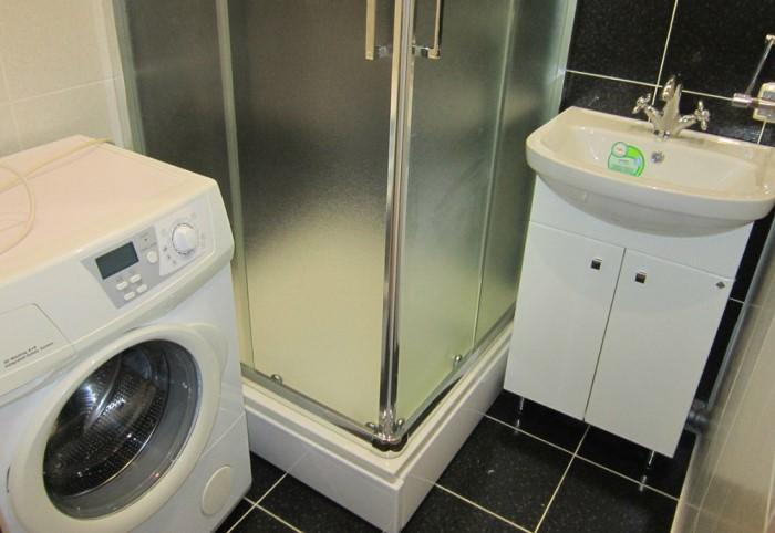 Например, вместо ванны можно установить душевую кабину и выбрать раковину поменьше / Фото: dizajnintererov.com