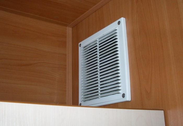 Установите вентиляционную решетку, чтобы предотвратить появление насекомых / Фото: bytrem-piter.ru