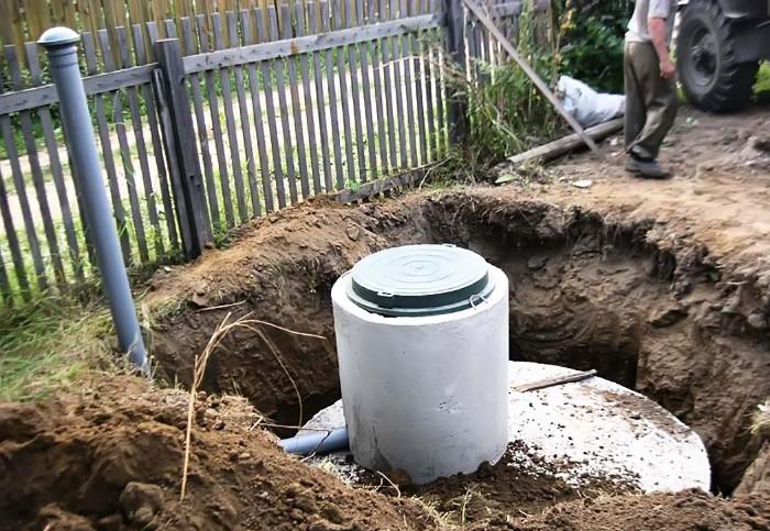 Если подразумевается, что сливной резервуар будет закрыт, необходимо оборудовать вентиляционную систему / Фото: septik27.ru
