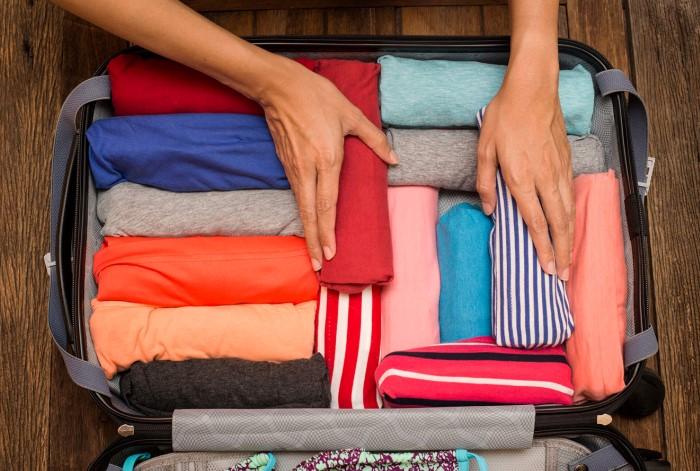 Сворачивайте одежду рулончиками для экономии места / Фото: news.myseldon.com