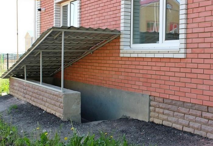 Погреб может быть отдельной постройкой или находиться на цокольном этаже / Фото: makeladder.com