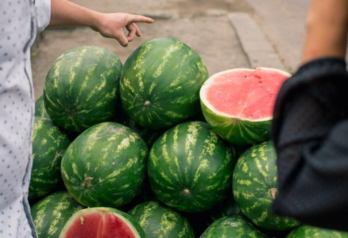 Некоторые продавцы демонстрируют срезы арбуза на витрине, так что по ним тоже можно ориентироваться / Фото: opt-833487.ssl.1c-bitrix-cdn.ru