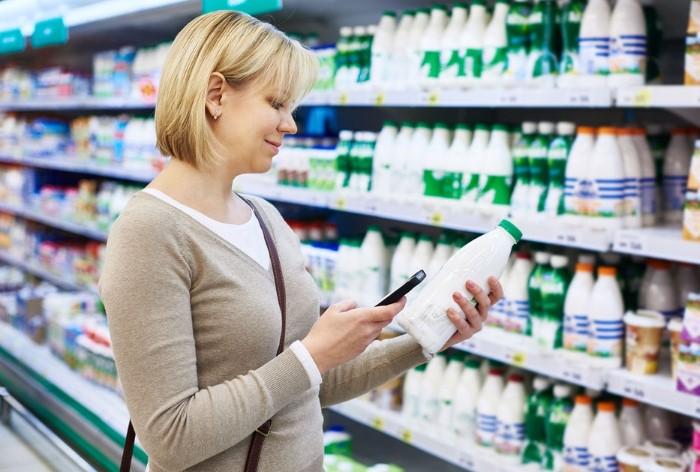 Покупайте молоко у проверенных производителей, читайте состав и проверяйте сроки / Фото: businesspskov.ru