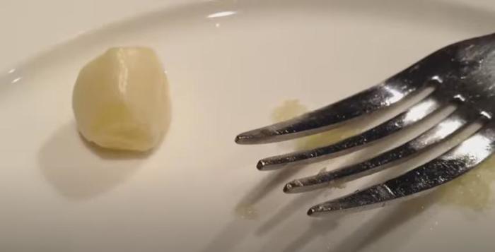 При помощи вилки и тарелки можно натереть чеснок не менее эффективно/ Фото: youtube.com