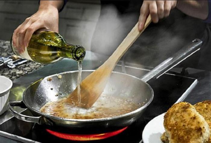 Если вы будете томить вино на огне больше 80 градусов, в блюде все равно останется примерно 5% алкоголя / Фото: argumentrus.ru