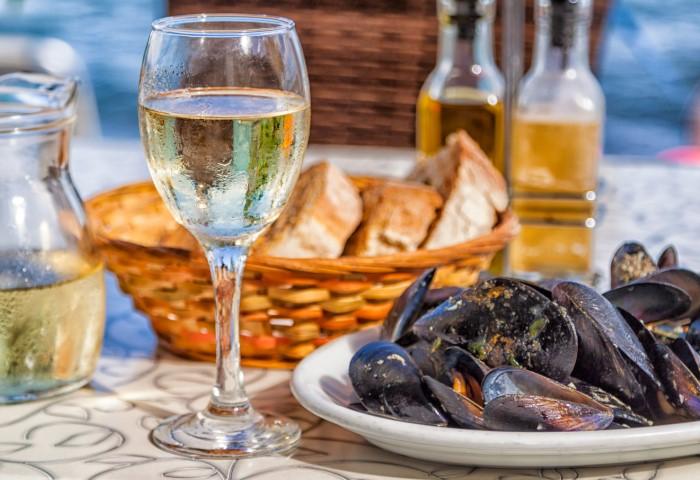 Белый полусухой напиток «дружит» с морепродуктами, рыбными деликати мягкими сырами / Фото: cdn.photosight.ru