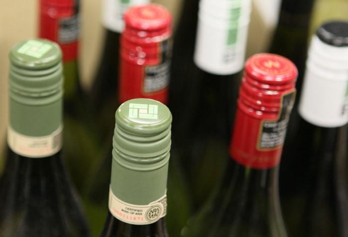 Винтовая пробка - не признак дешевого вина, наоборот, с ней напиток дольше хранится / Фото: tema.ru