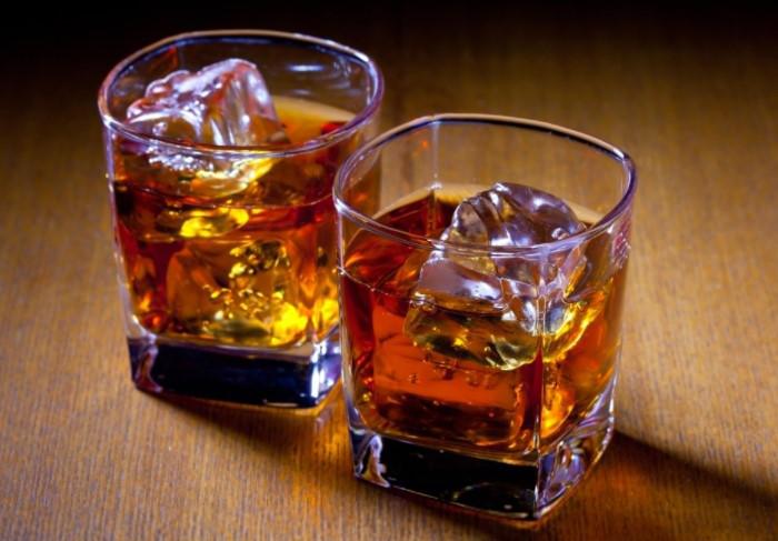 Коньяк, водку, ром и виски можно пить в любом «возрасте» / Фото: img5.goodfon.ru