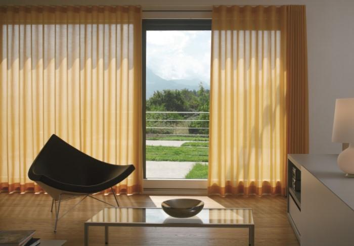 На больших и высоких окнах гармонично смотрится любой декор / Фото: ianzdeco.ch