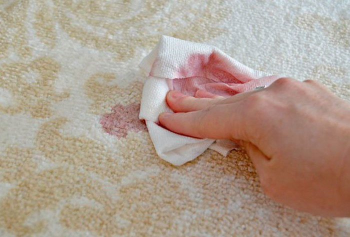 Намокнув, салфетка быстро разлезется по ковру / Фото: zhenskayaplaneta.ru