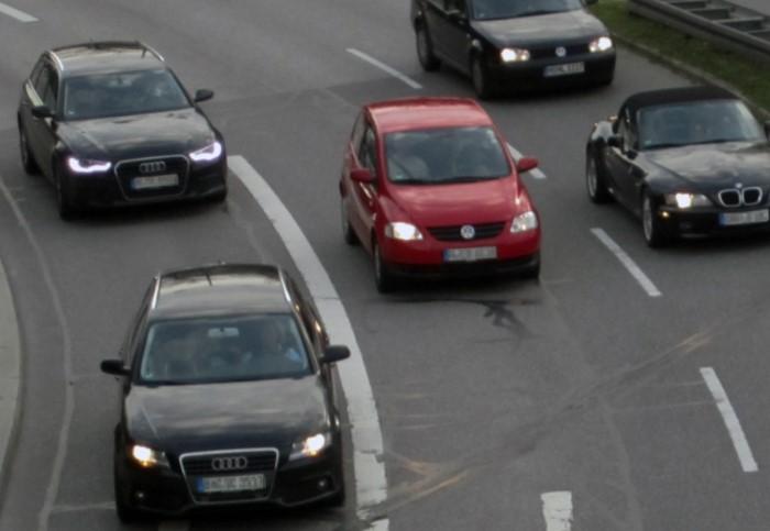 В Швеции, Норвегии, Канаде и некоторых штатах США незаконно водить автомобиль днем без включенных фар / Фото: vp.donetsk.ua