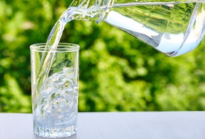 Пейте ежедневно не менее 1,5 литров воды / Фото: naturallydaily.com