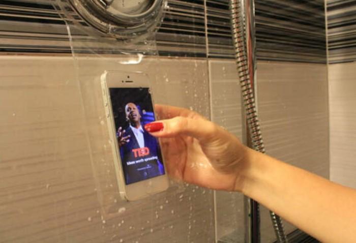 С водонепроницаемым чехлом вы точно не утопите смартфон в душе / Фото: r1.mt.ru