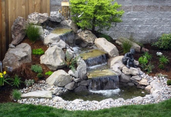 Водопад станет изюминкой вашего участка и наполнит его приятными звуками стекающей воды / Фото: adcitymag.ru