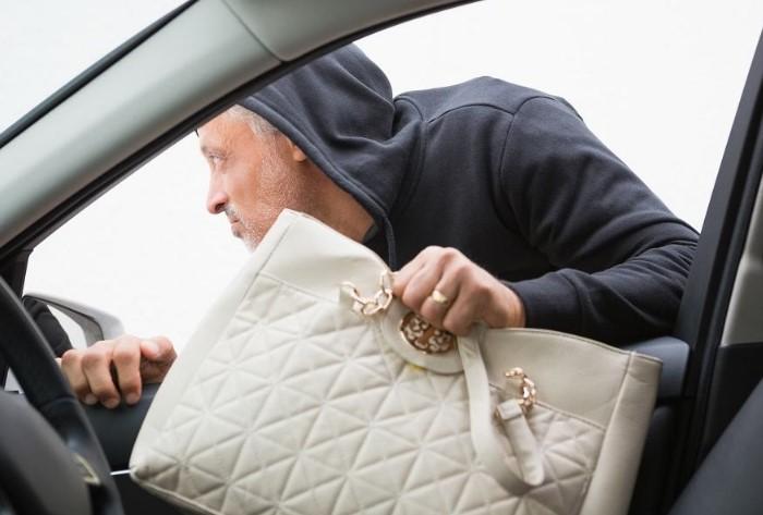 Не давайте злоумышленникам лишнего повода забраться в вашу машину / Фото: legkopolezno.ru