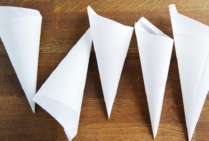 Скрутить бумажную воронку намного быстрее и проще, чем подметать порошок по всему полу / Фото: fb.ru