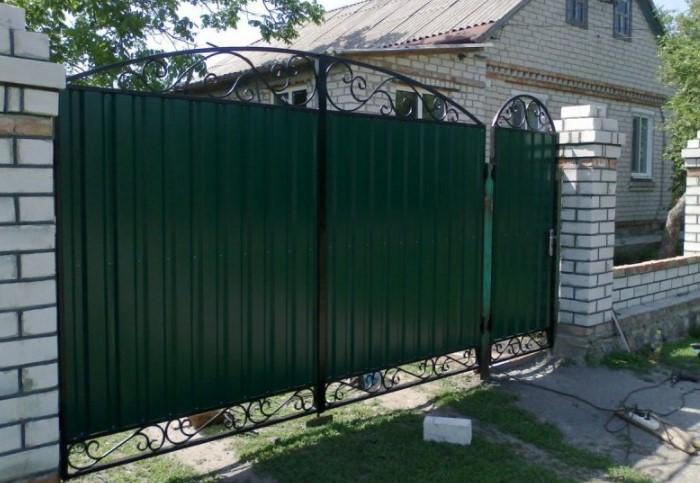 Средняя высота конструкции из профнастила до земли - не меньше 15 см / Фото: mojdominfo.ru