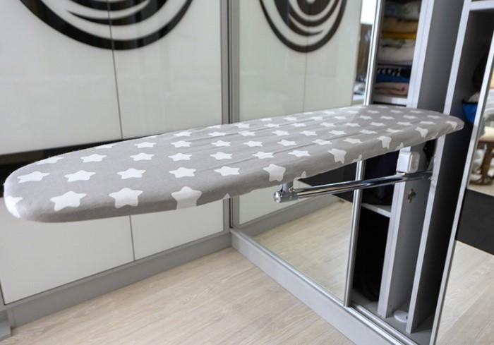 Гладильную доску можно встроить в гостиной, спальне, на кухне и даже в прихожей / Фото: ocean-group.od.ua