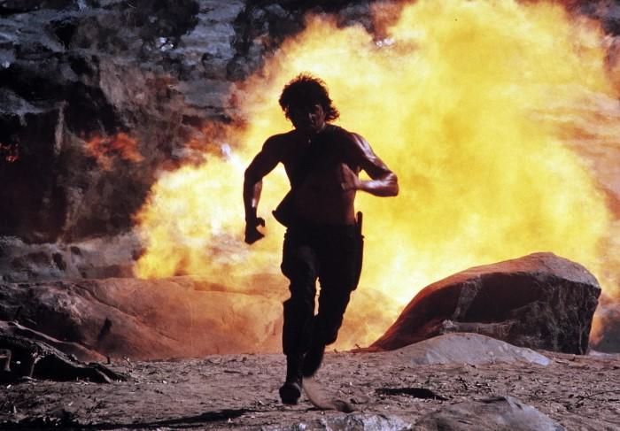 Если взрывается нечто в радиусе 3 метров, людей отбрасывает волной, но они резво встают и продолжают бежать / Фото: images.kinorium.com