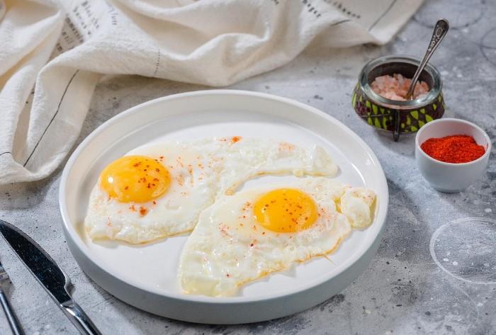 Белковый завтрак с острыми приправами - то, что нужно / Фото: cafesahara.ru