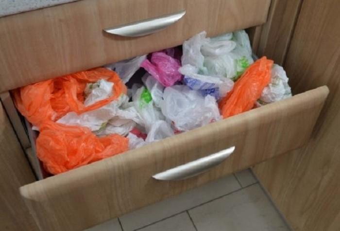 Выделяйте под пакеты отдельное пространство на кухне / Фото: s00.yaplakal.com