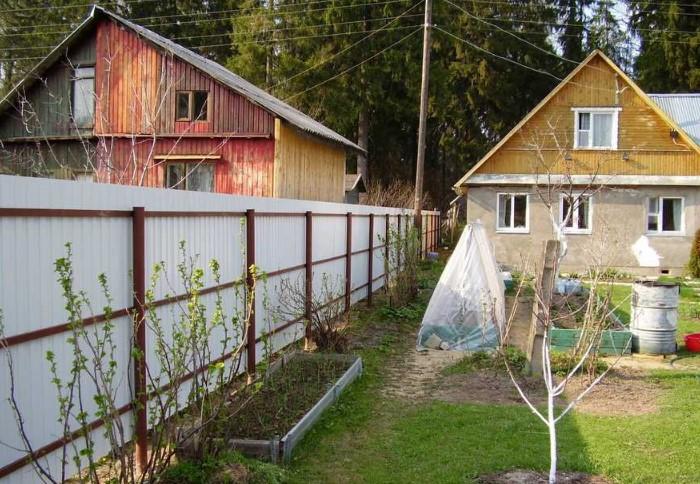Если дом находится близко к забору, пространство между постройкой и ограждением будет плохо обдуваться / Фото: жкдубровка.рф