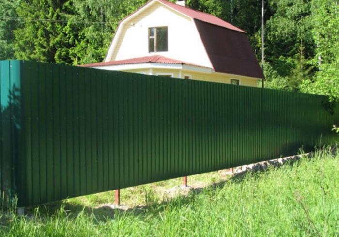Через просвет во двор могут проникать чужие животные, да и в целом забор выглядит неряшливо.